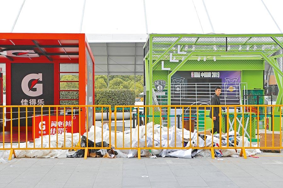 多家贊助商宣布暫停與NBA合作,圖為NBA中國賽上海世博慶典廣場,廠商紛紛撤下廣告。(中新社)