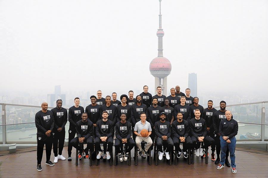 阿里巴巴聯合創始人蔡崇信(中)是布魯克林籃網隊所有者,圖為8日遊覽上海的籃網隊。(取自新浪微博@布魯克林籃網)