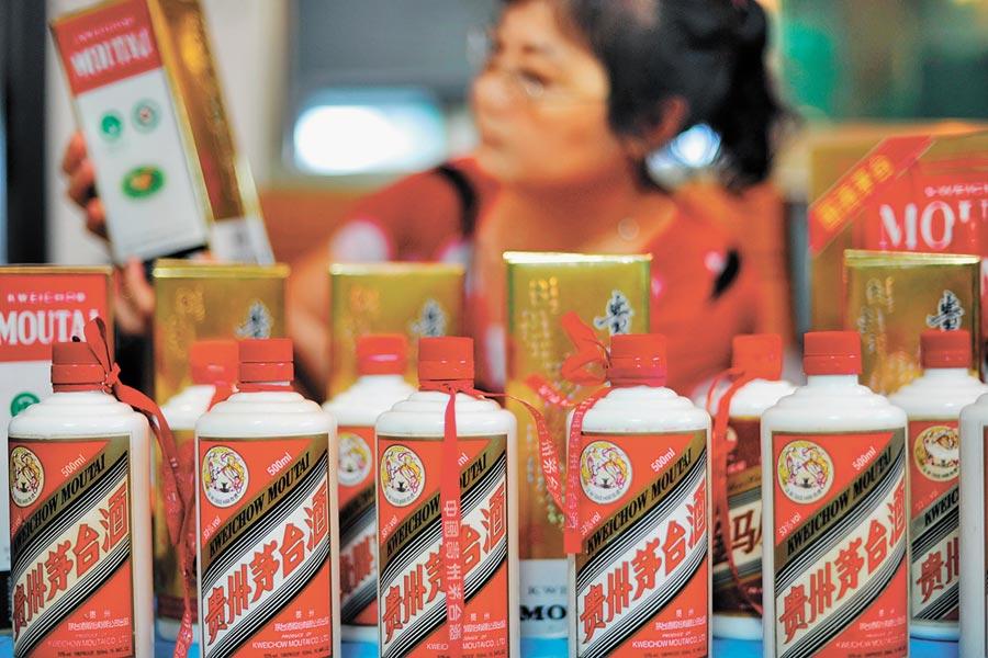 貴州茅台登四大券商金股榜,圖為顧客在商店選購茅台酒。(新華社)禁止酒駕‧飲酒過量有害健康