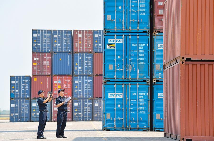 9月11日,江西南昌一碼頭,海關人員在抽查貨櫃。(新華社)