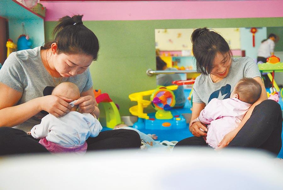 寧夏鼓勵生育子女的夫妻雙方,每年各10天共同育兒假。(新華社資料照片)
