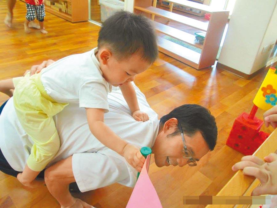 台灣男性請育嬰假比例相較女性偏低,圖為高雄市「父」幼日相關活動,希望培訓超級奶爸。(本報系資料照片)