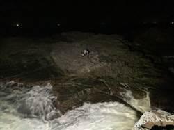 龍洞4釣客漲潮困礁岩 直升機吊掛獲救