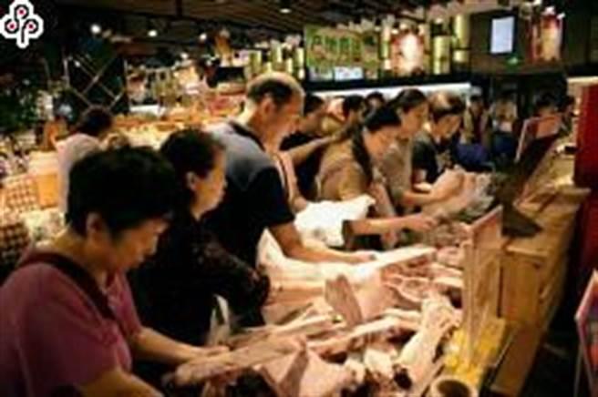 圖為今年9月成都市民在超市內挑選肉製品。(中新社)