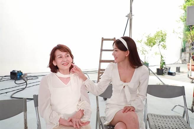 林志玲與媽咪互動超有愛。(圖/取材自林志玲Chiling Lin臉書)
