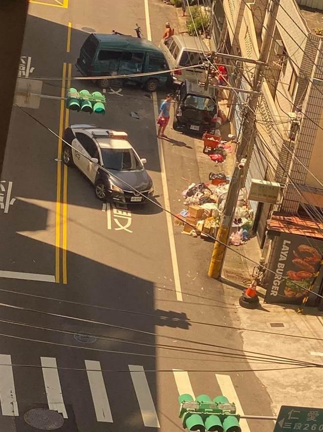 竊嫌偷車還衝撞警車,遭警方圍捕。(摘自我是南崁人-我愛南崁臉書)