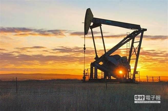 伊朗油輪傳遭飛彈攻擊,國際油價一度大漲2%。(美聯社資料照片)