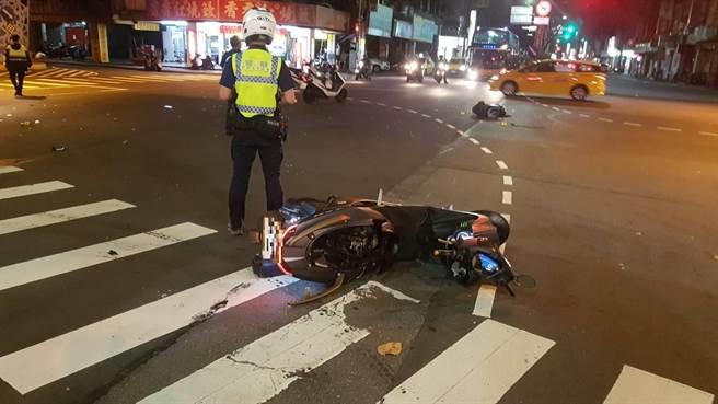 18歲李姓機車騎士疑遭闖紅燈汽車撞上,送醫後宣告不治。(翻攝照片/吳亮賢新北傳真)
