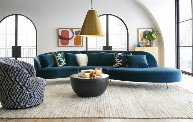 Crate and Barrel以沉穩的靛藍為主調,搭配木褐、黃銅、石灰等色彩妝點秋冬空間。(Crate and Barrel提供)