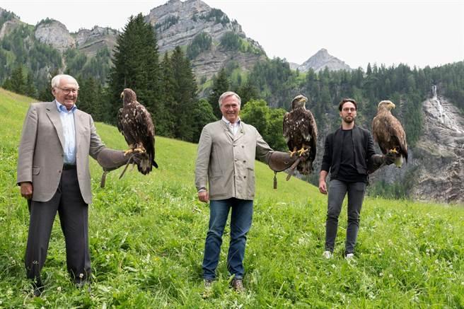 蕭邦Scheufele家族祖孫三代Karl、Karl-Friderich與Karl-Fritz,以對老鷹的熱愛聯手設計Alpine Eagle腕表,乘載著父親對子女的期望,以及家族世代傳承經典的堅持。(CHOPARD提供)
