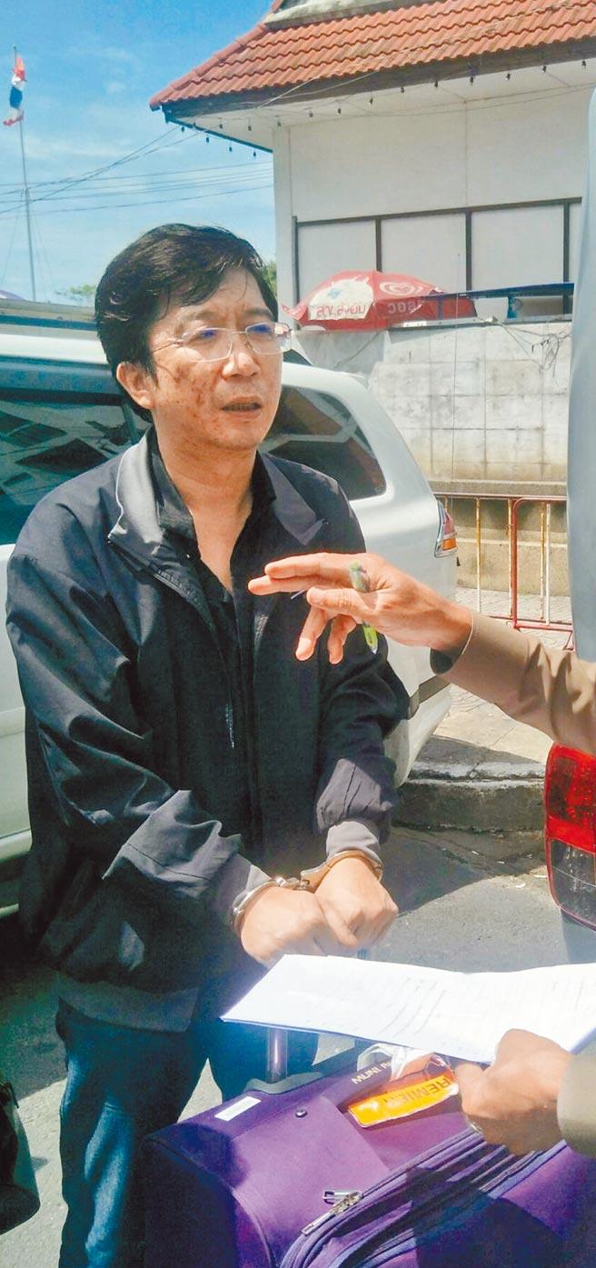 棄保潛逃的秦庠鈺,去年9月持假護照入境泰國被逮,押送至法院。(中央社資料照片)