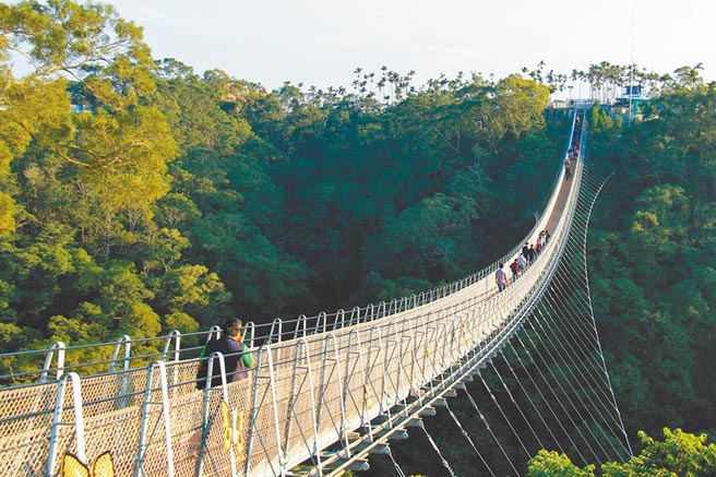南投縣知名風景區的猴探井天空之橋曾在開幕後短短4個月內創下百萬觀光人潮,如今遊客大減。(本報資料照片)