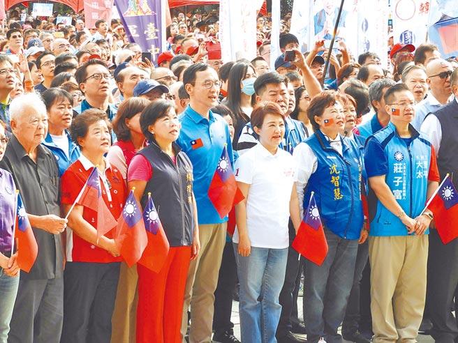 前新北市長朱立倫(中)和台中市長盧秀燕(右三)、副市長楊瓊瓔(左三)等,雙十國慶一起唱國歌。(陳世宗攝)