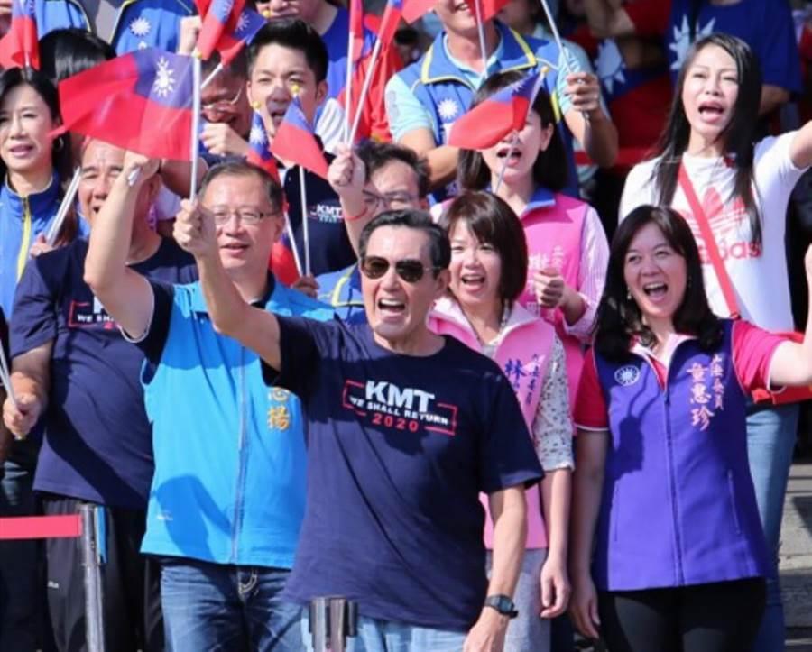 前總統馬英九(前)帶著黨籍立委參選人一同高舉國旗喊口號。(黃世麒攝)