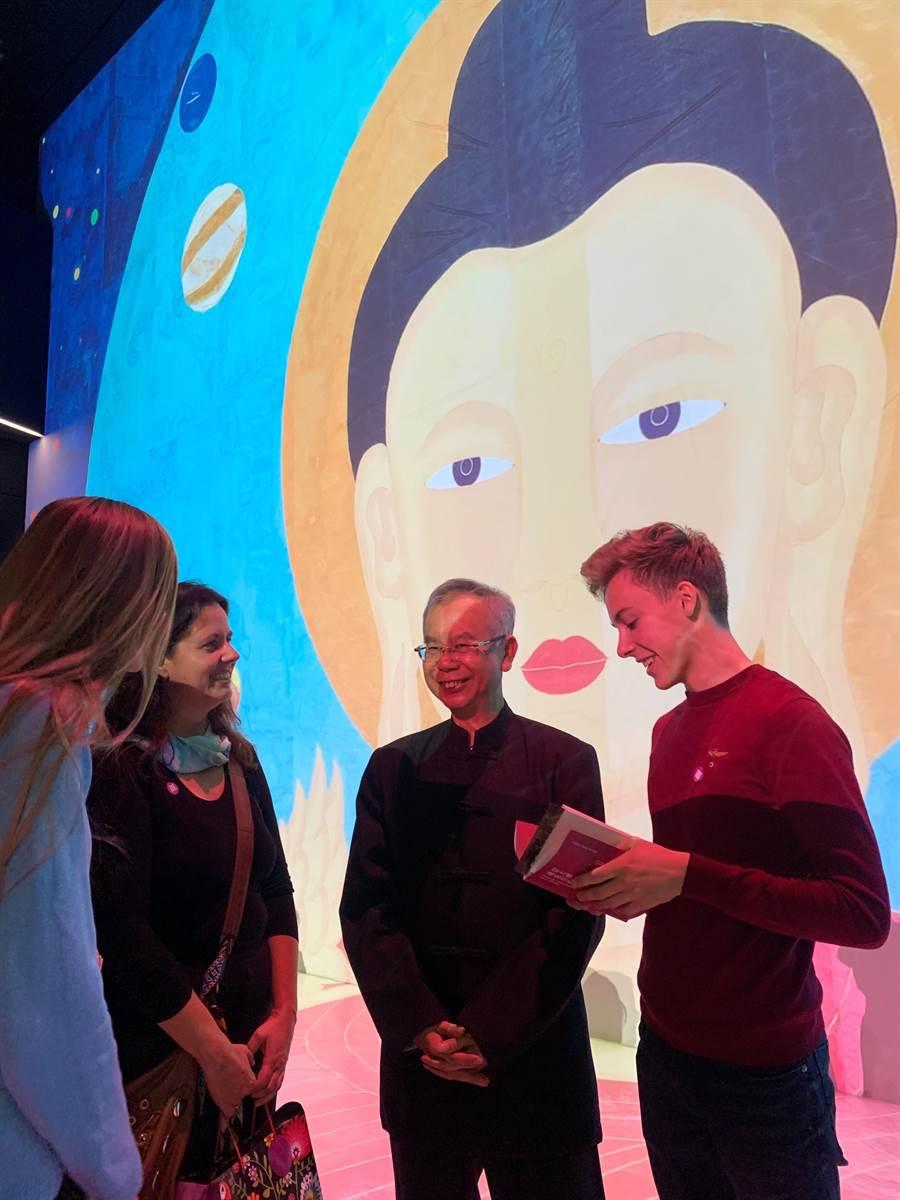 禪畫藝術家洪啟嵩(右2)與奧地利學生熱烈討論世紀大佛的理念。(記者林怡宣攝)