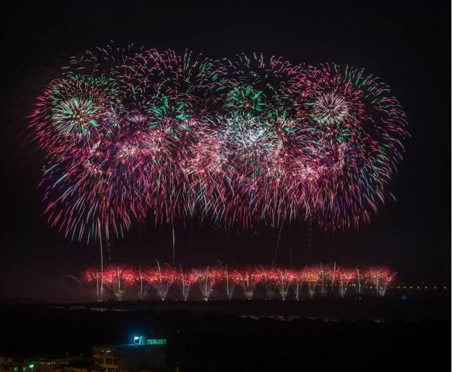 屏東國慶焰火已在昨(10日)落幕,展示長達42分鐘的璀璨煙火秀。(中央社)