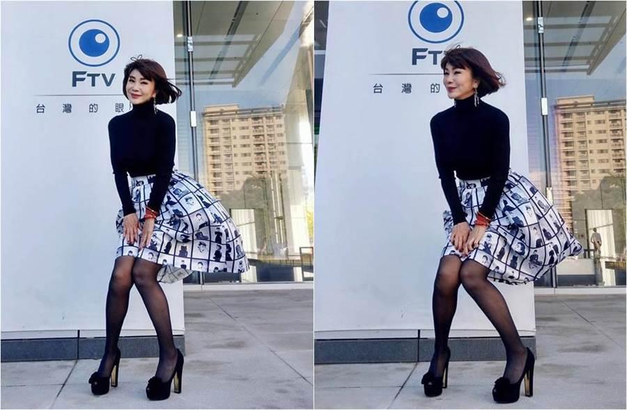一陣狂風吹起,陳美鳳急忙伸手遮短裙。(圖/取材自陳美鳳 MeiFen臉書)