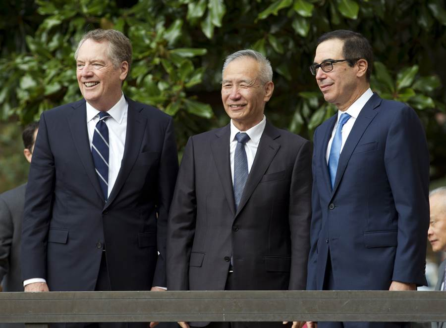 全球矚目新一輪的美陸貿易談判10日於華府展開,大陸國務院副總理劉鶴與美國貿易代表萊特海澤(左)和財長梅努欽(右)有說有笑,氣氛比外界預期較好。(美聯社)