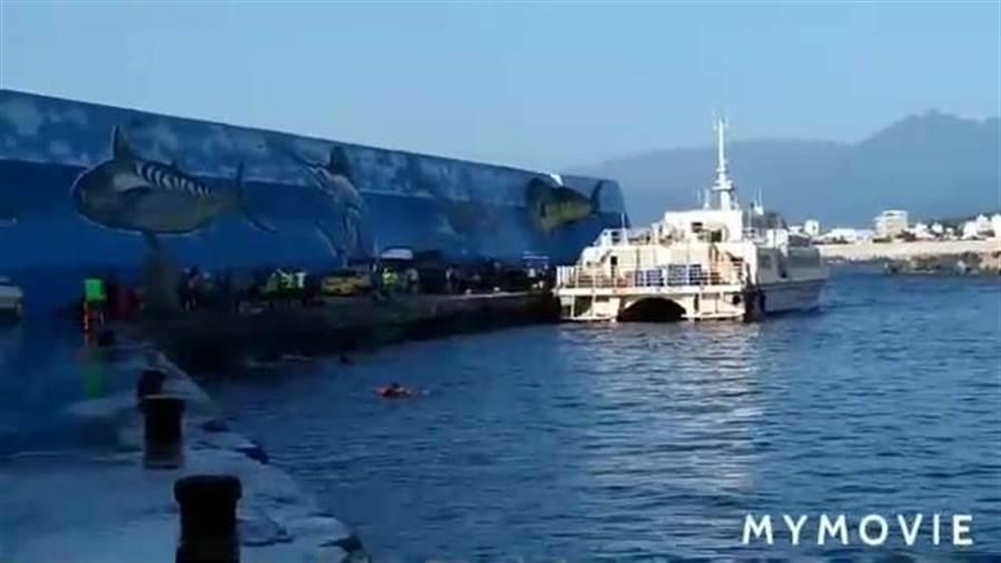 3遊客掉落港區。(翻攝照片/楊漢聲台東傳真)