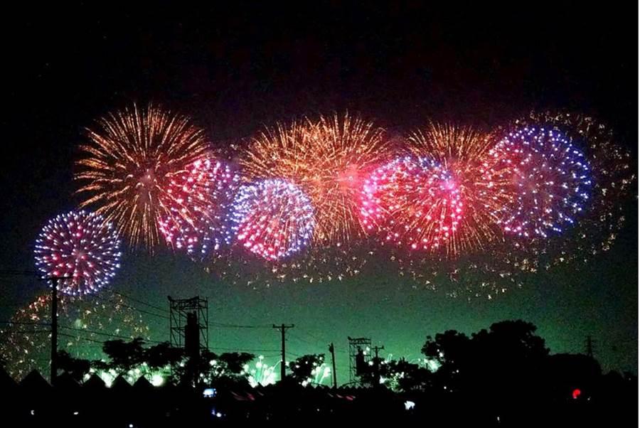 屏東國慶焰火已在昨(10日)落幕,屏東河濱公園上演翠璨煙火秀點亮星空,照亮整個南台灣。(資料照/潘建志攝)