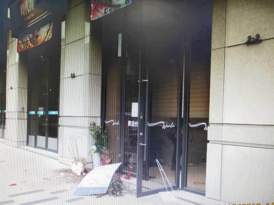 樹孝路這家美髮店被砸後滿目瘡痍。(民眾提供)