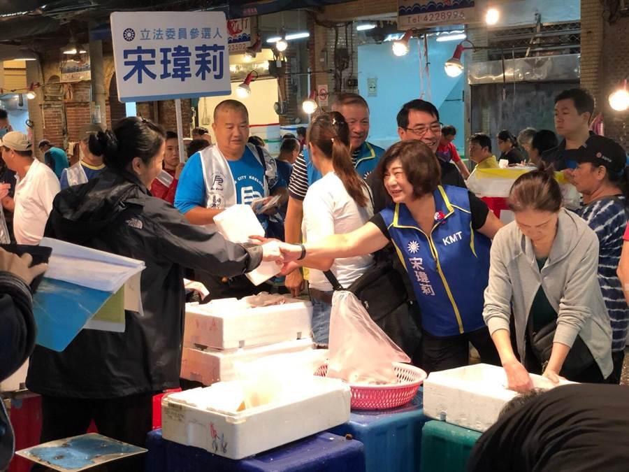 國民黨基隆立委參選人宋瑋莉凌晨現身崁仔頂魚市,親切拜票獲得攤商歡迎。(議員宋瑋莉提供/許家寧基隆傳真)