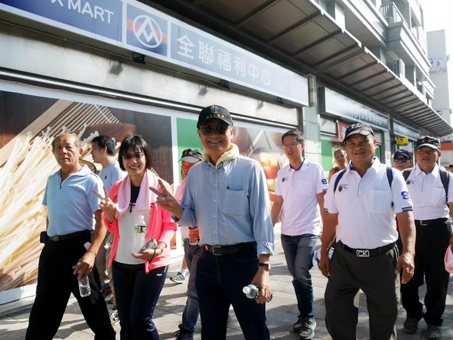 副市長陳純敬(中)與林口區長劉淑芬(左2)和民眾一同健走。(林口區公所提供/吳亮賢新北傳真)
