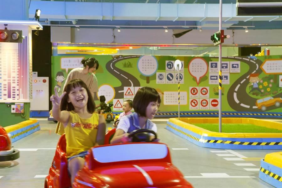 「小小駕訓班」由中華車會派駐專業講師,結合FIA「Golden Rules」道安教材,以情境體驗方式,帶領3至8歲孩童模擬練習「紅燈停、綠燈行」等交通安全規則。(麗寶國際賽車場提供/王文吉台中傳真)