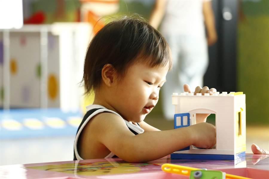 「兒童交通安全教育中心」引進許多腦力激盪的益智玩具,提供小朋友訓練手腦協調,讓爸媽可以放心溜小孩。(麗寶國際賽車場提供/王文吉台中傳真)