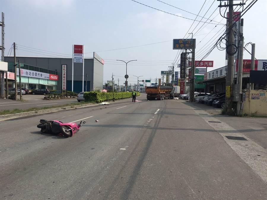 兩名剛從虎科大畢業的女生10日共騎粉紅摩托車,擦撞小貨車後倒地,遭後方砂石車剎車不及輾斃。(資料照片)