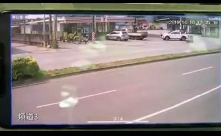 網友公布的監視器影片一開始有一輛白色小客車倒車。(翻攝自臉書斗六人文社交圈)
