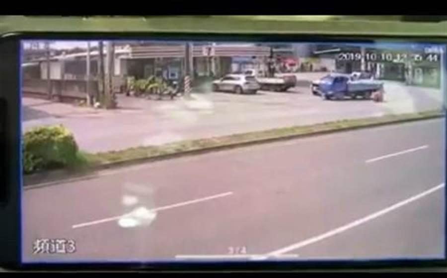 兩女騎摩托車騎士擦撞小貨車後端。(翻攝自臉書斗六人文社交圈)