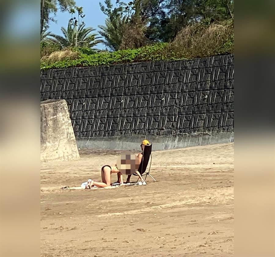 海邊試手機見「邪惡角度」掀暴動(圖/摘自臉書《爆廢公社二館》)