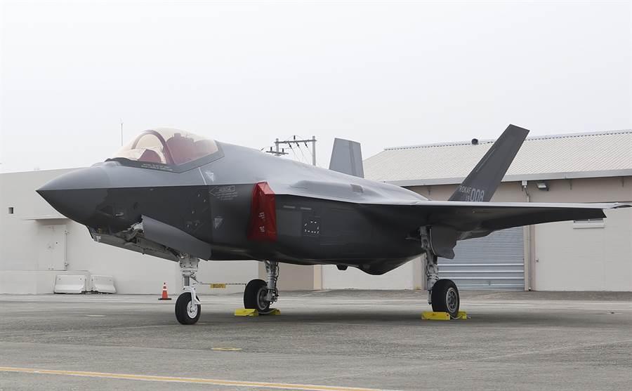 韓國1日敬祝建軍71周年,首度在大邱空軍基地公開展示F-35隱形戰機。(美聯社)