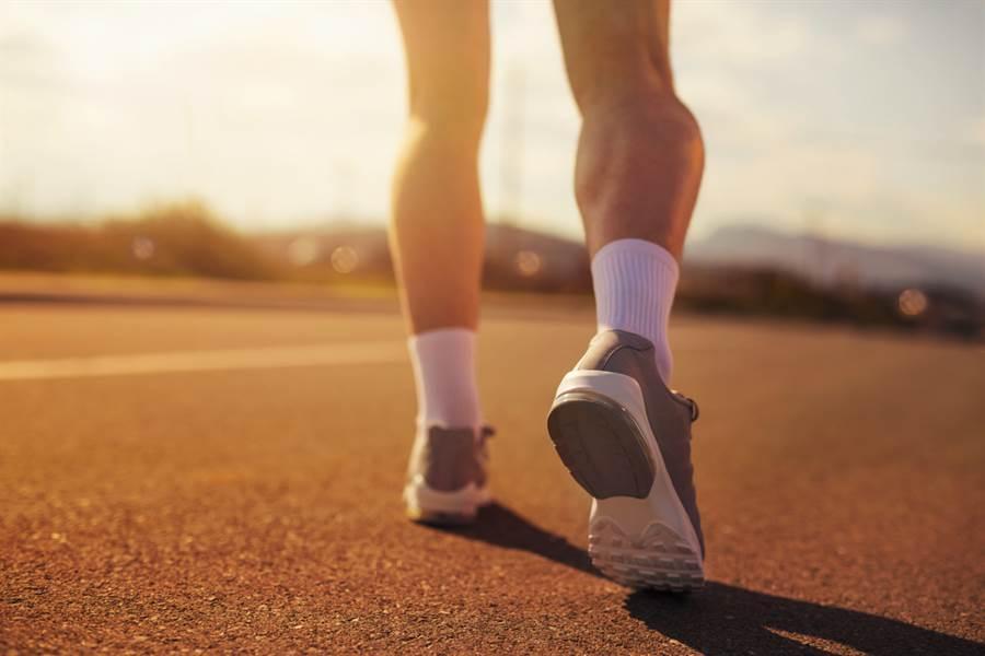 澳洲昆士蘭有一名怪異大叔,上半身打著赤膊,下半身竟然僅穿著粉紅丁字褲在當地熱門慢跑路線上健走,嚇傻了不少路人。(示意圖/達志影像)