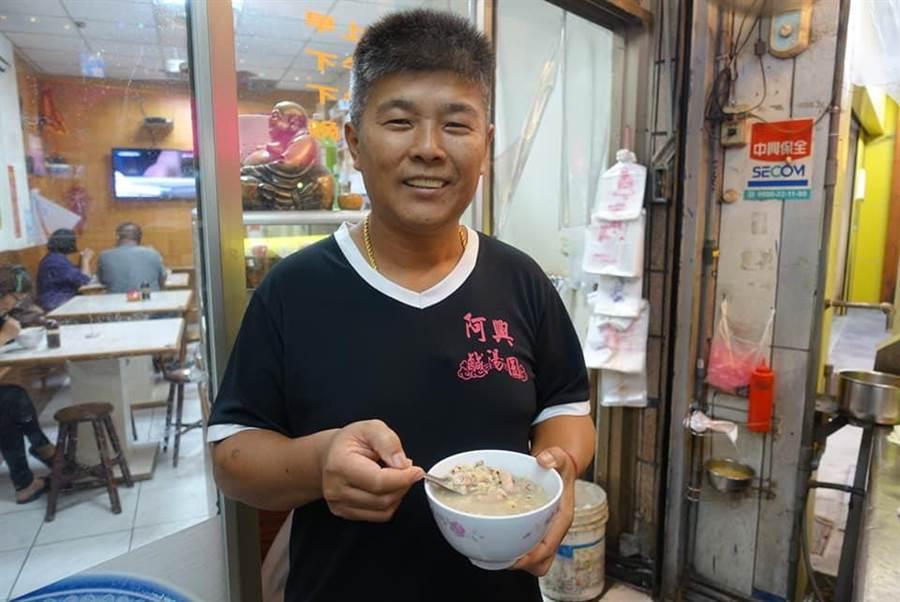 台東在地阿興小吃第2代黃源宏接下父母傳承棒子。(楊漢聲攝)
