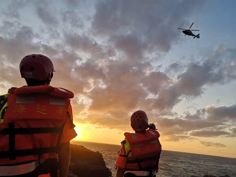 空勤直升機天亮時展開吊掛作業,成功救援4名釣客。(第二岸巡隊提供/許家寧新北傳真)