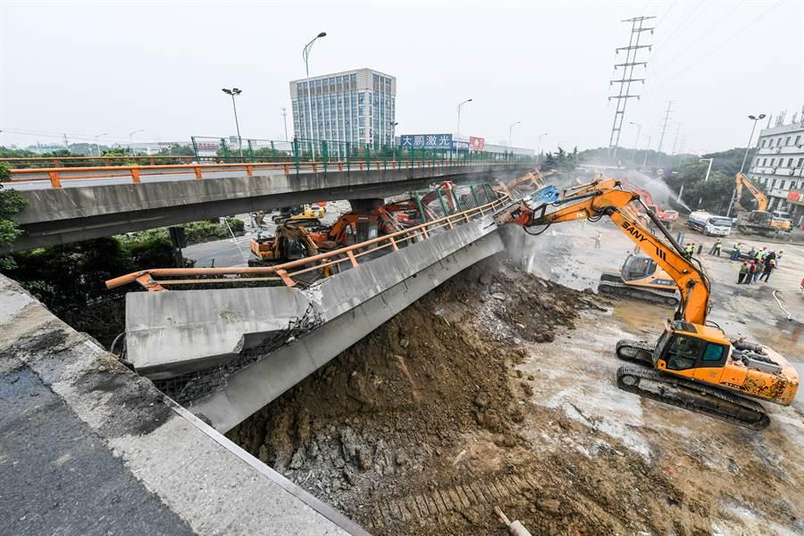 發生於江蘇無錫高架橋側翻事故致3人死亡、2人受傷。圖為無錫高架橋事故11日救援現場。(圖/新華社)