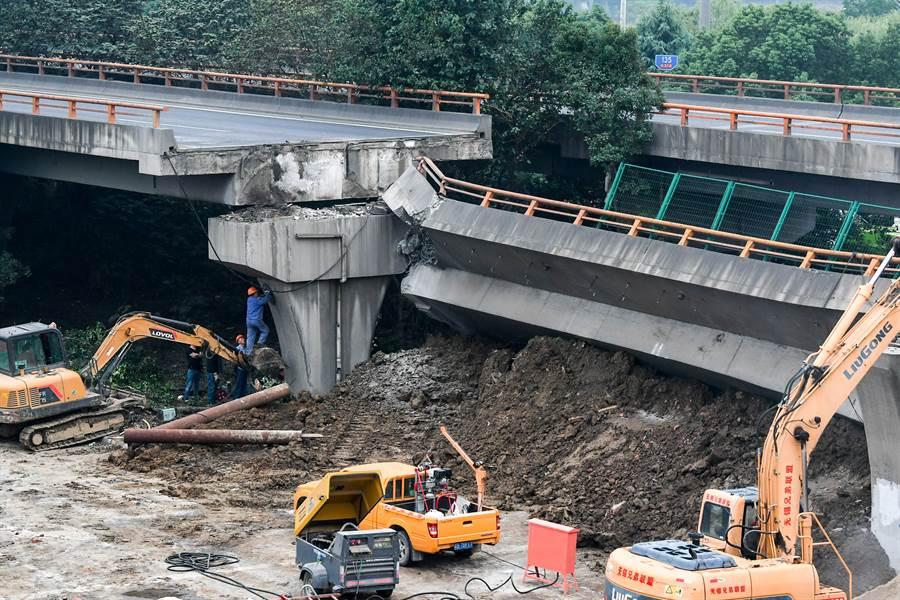 江蘇省無錫市國道高架橋發生橋面側翻斷裂事故,當地警方全力開展救援處置工作。經初步分析,上跨橋側翻係運輸車輛超載所致。(圖/新華社)