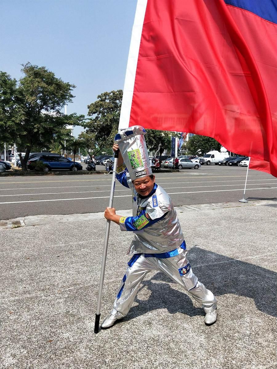 廖盛芳(挑大師)當選台南市韓友會首屆理事長。(洪榮志攝)