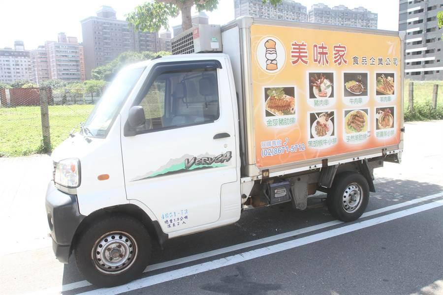 馬姓美食外送員送餐送命,肇事的小貨車。(翻攝照片/蔡依珍桃園傳真)