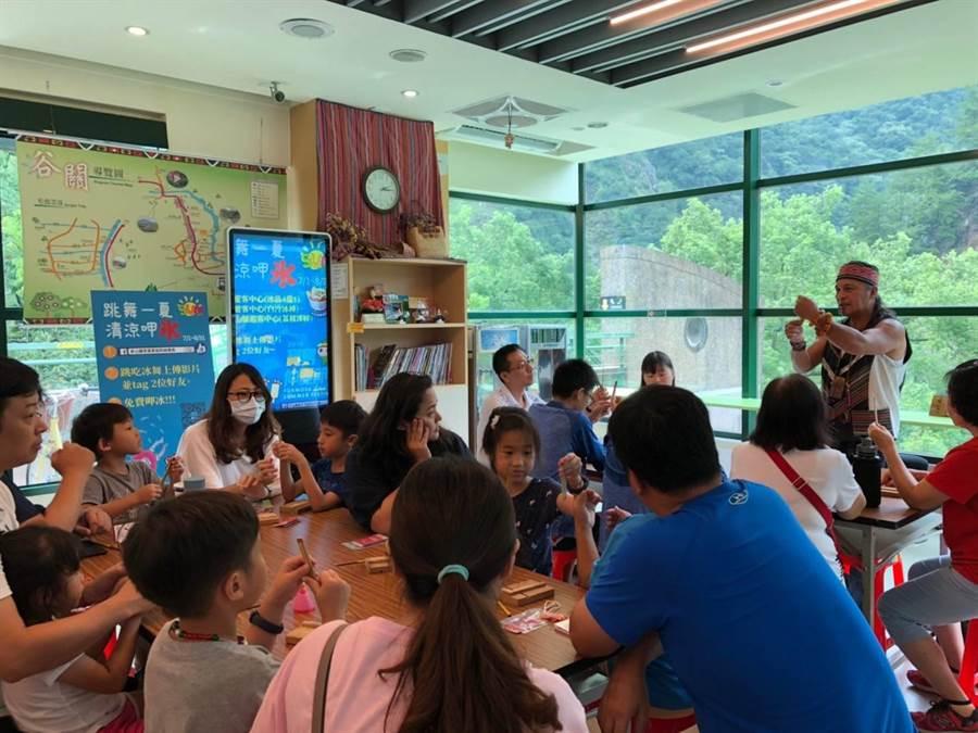 獲原曙獎肯定的鄭保雄,獨創竹撥式口簧琴,讓更多民眾易於學習泰雅傳統樂器。(參山處提供/王文吉台中傳真)