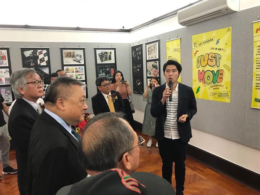 景文科大視傳系劉冠辰老師為來賓解說學生得獎作品。(景文科大提供/李侑珊傳真)