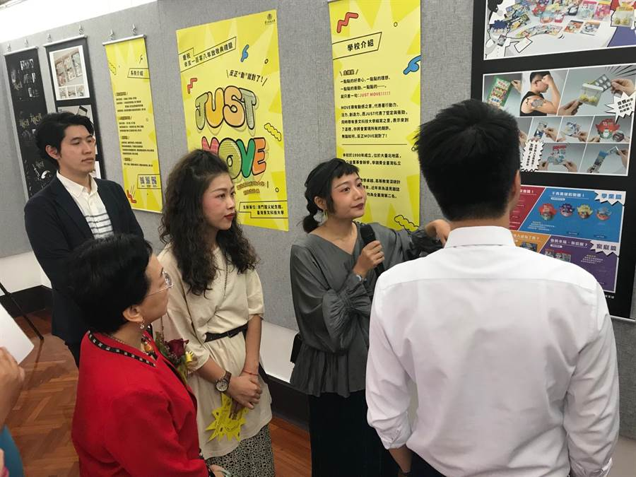 景文科大視傳系學生為來賓解說展出作品。(景文科大提供/李侑珊傳真)