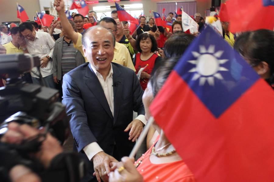 前立法院長王金平到彰化參加與鄉親有約餐敘,支持者拿國旗歡迎。(吳敏菁攝)