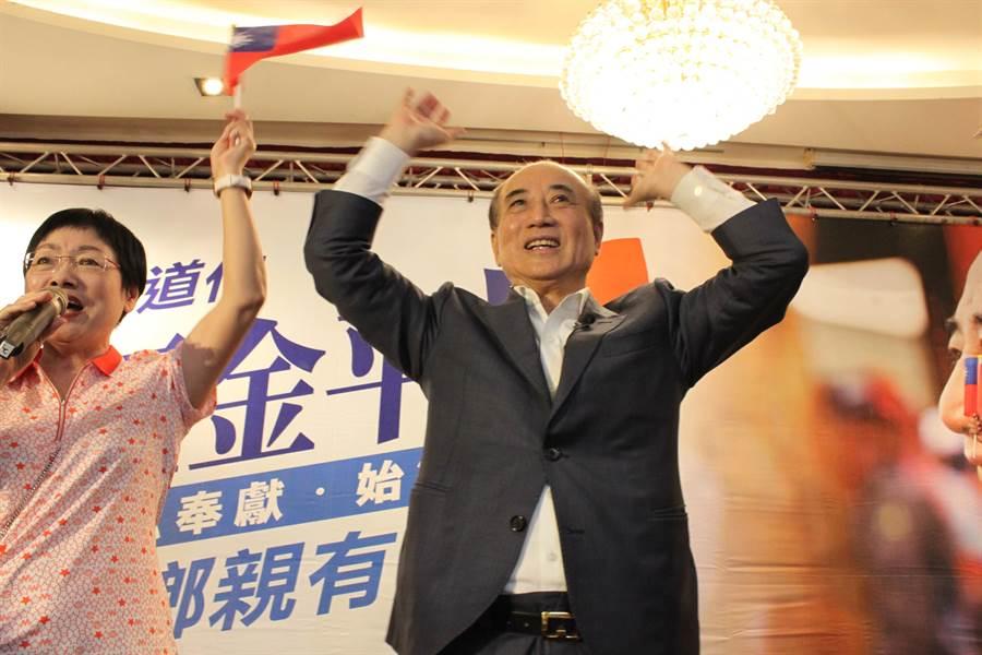 前立法院長王金平到彰化參加與鄉親有約餐敘,表示受到歡迎很感動。(吳敏菁攝)
