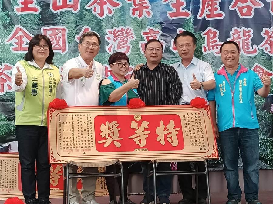 沈采真的丈夫王文雄(右三)代表太太出席領獎。(張毓翎攝)