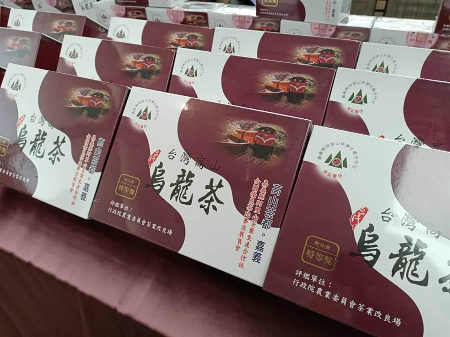 現場展售得獎的茶葉。(張毓翎攝)