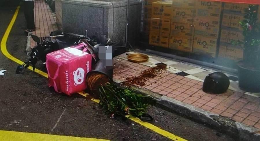 馬男遭撞噴飛,店家的盆栽遭機車強烈撞擊也碎裂。(翻攝照片/蔡依珍桃園傳真)
