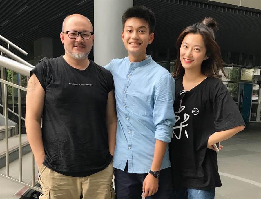 劉亮佐(左起)、劉子銓、趙小僑一家三口幸福美滿。阿斗工作室提供